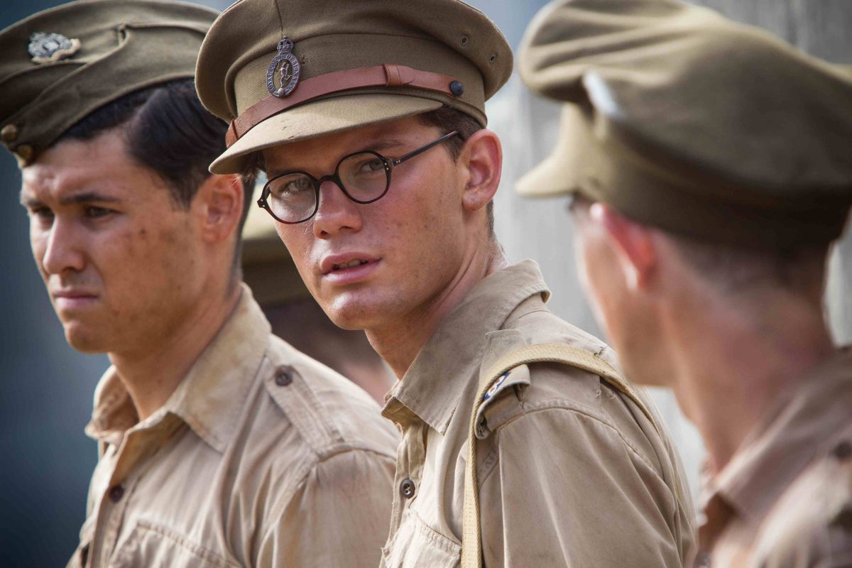Tom Hobbs con Jeremy Irvine in una scena di Le due vie del destino - The Railway Man