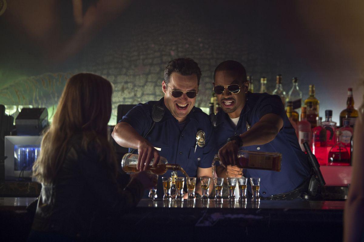 Bastardi in divisa: Jake M. Johnson con il partner Damon Wayans Jr. in una scena