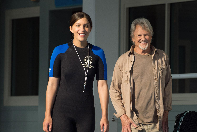 L'incredibile storia di Winter il delfino 2: Kris Kristofferson con Juliana Harkavy in una scena