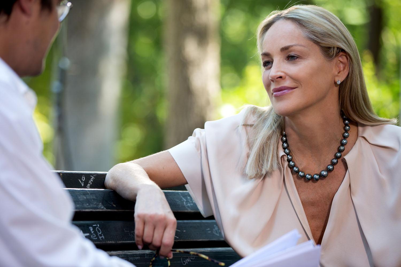 Un ragazzo d'oro: Sharon Stone sorride in una scena del film