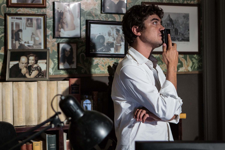 Un ragazzo d'oro: Riccardo Scamarcio pensieroso in una scena del film