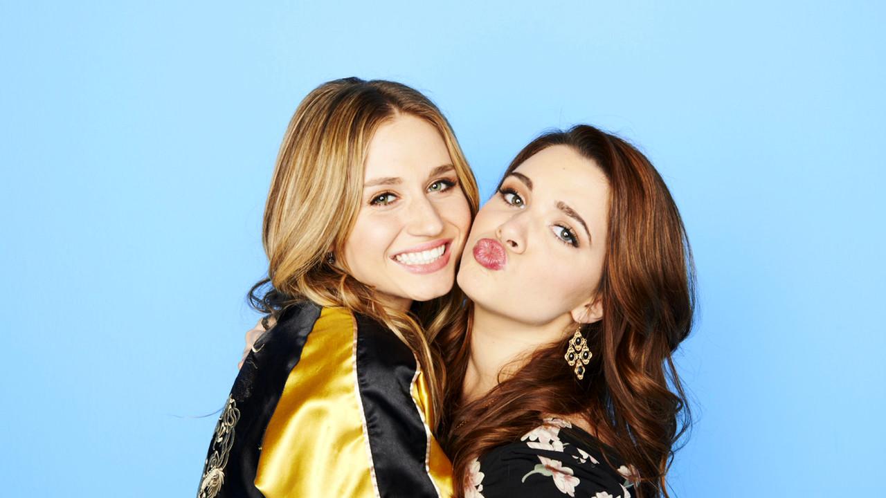 Faking It: le due protagoniste Katie Stevens e Rita Volk in una foto promozionale