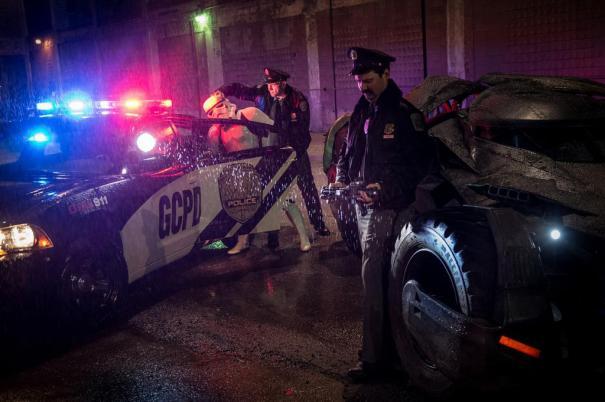 Batman v Superman: Dawn of Justice - Una foto dal set in cui vediamo due agenti di polizia, la Batmobile e... uno Stormtrooper d Star Wars