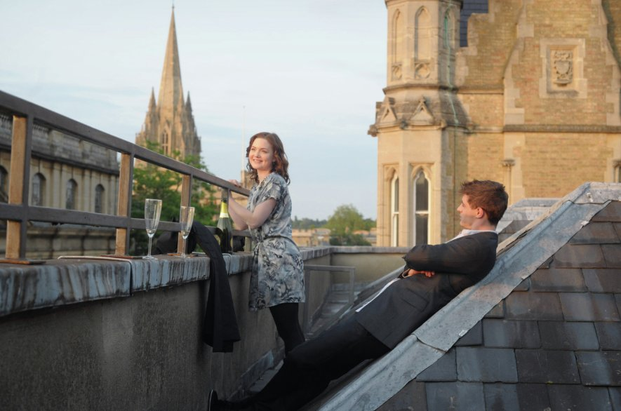 Max Irons con Holly Grainger in Posh