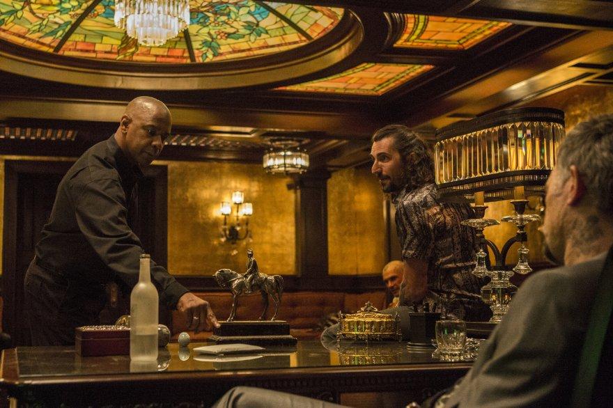 The Equalizer - Il vendicatore: Denzel Washington con Alex Veadov in una scena
