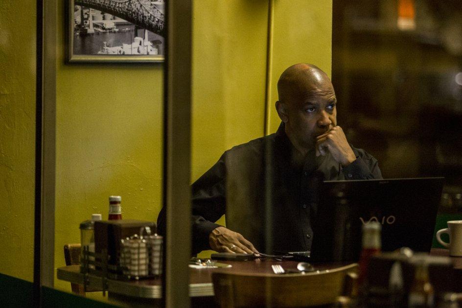 The Equalizer - Il vendicatore: il protagonista Denzel Washington in una scena tratta dal film