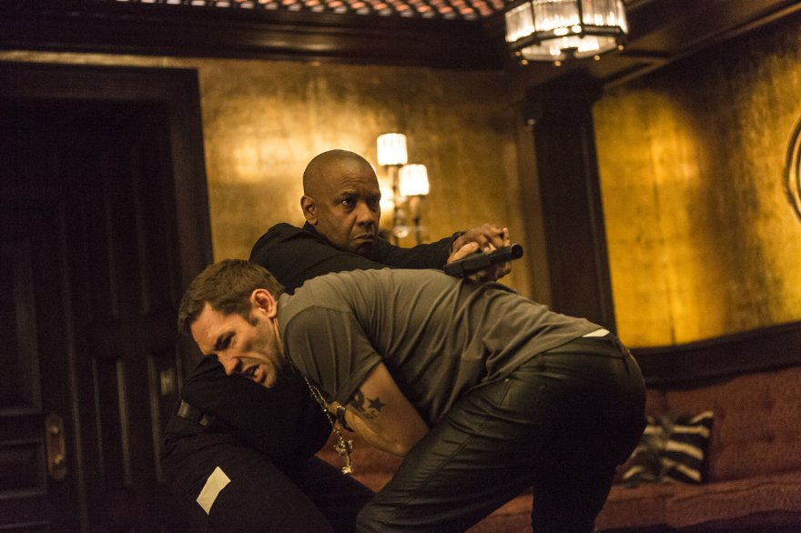 The Equalizer - Il vendicatore: Denzel Washington lotta con Nash Edgerton in una scena d'azione