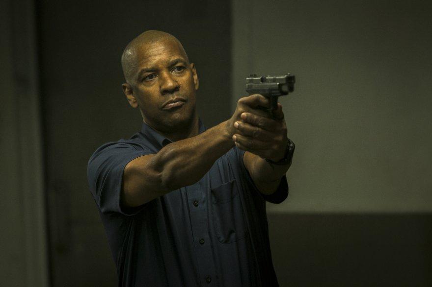 The Equalizer - Il vendicatore: Denzel Washington impugna la sua pistola in una scena del film