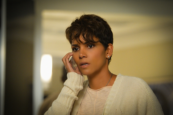 Extant: un primo piano di Halle Berry nell'episodio Before the Blood