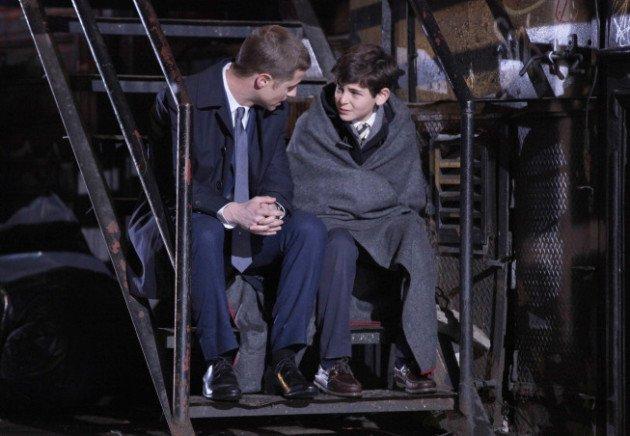 Gotham: Ben Mackenzie e David Mazouz in una scena della premiere della serie