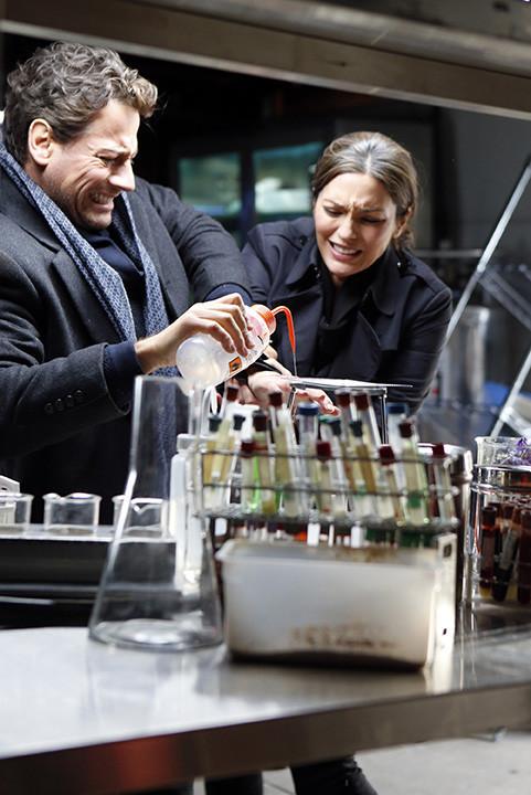 Forever: Ioan Gruffudd con Alana De La Garza nella premiere della serie