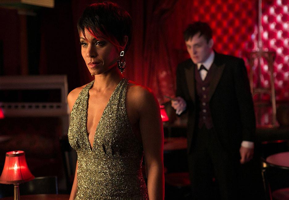 Gotham: Jada Pinkett-Smith e Robin Taylor in una scena della premiere della serie