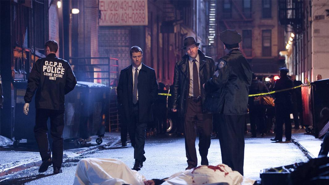 Gotham: Ben Mackenzie e Donal Logue in una scena della premiere della serie