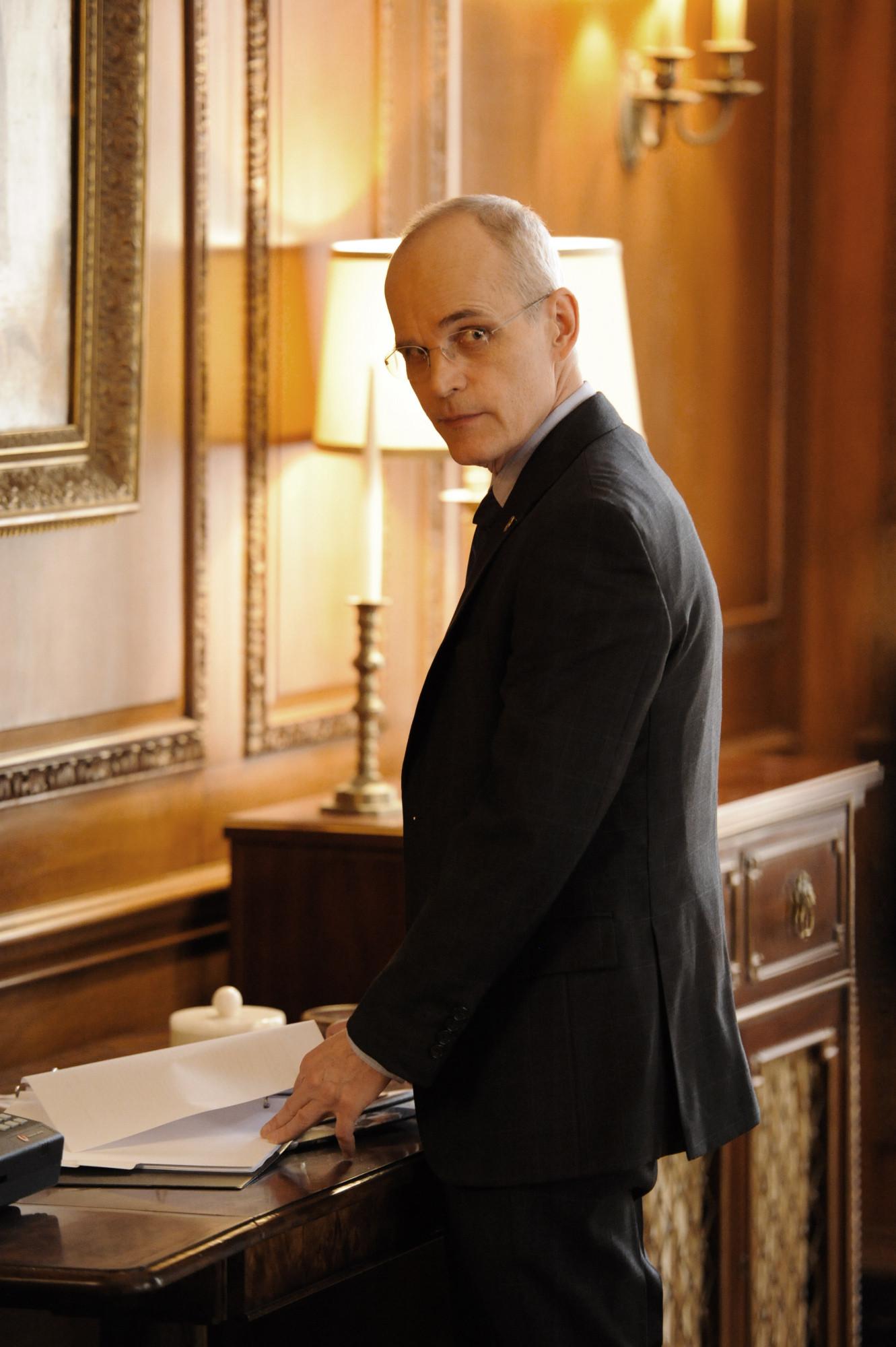 Madam Secretary: Zeljko Ivanek in una scena della premiere della serie