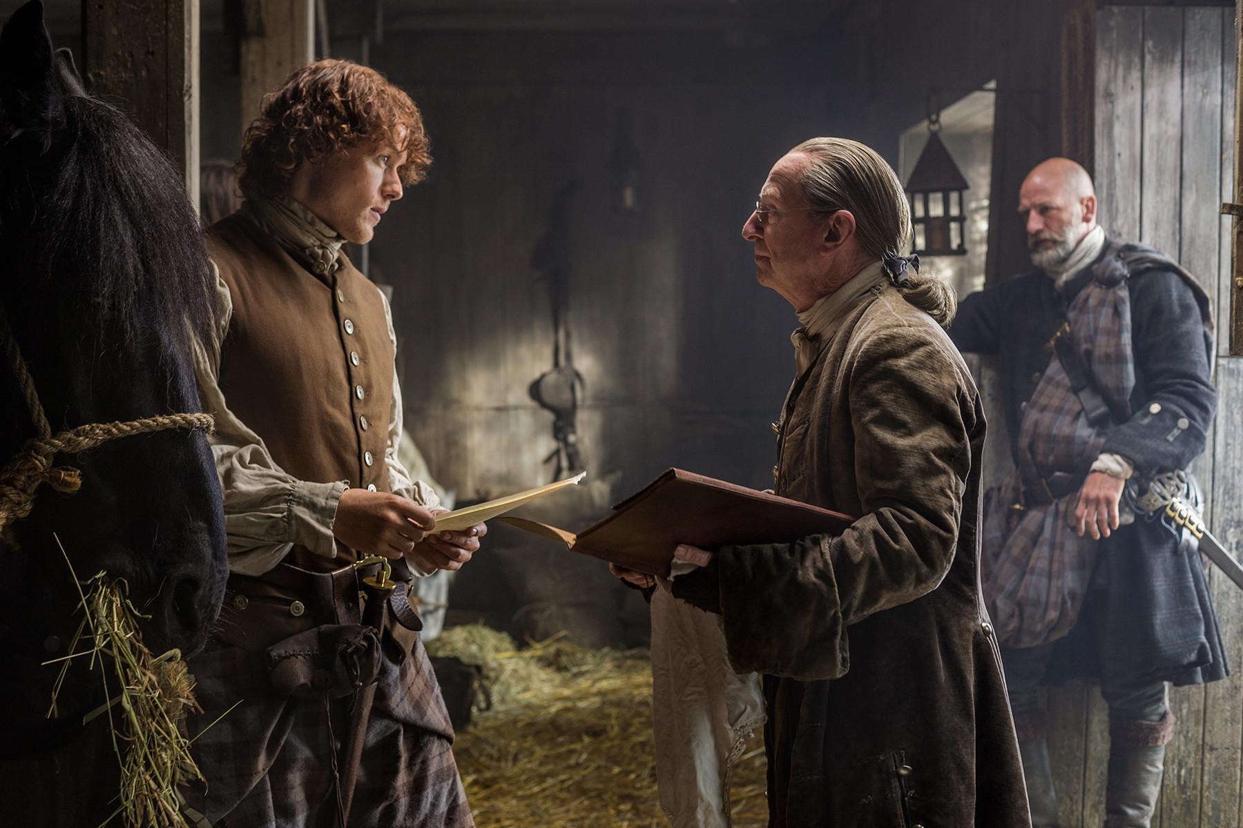 Outlander: Sam Heughan e Bill Paterson nell'episodio The Wedding