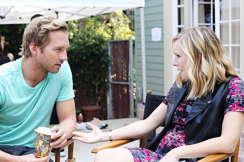 Play It Again, Dick: Ryan Hansen e Kristen Bell in una scena del primo episodio