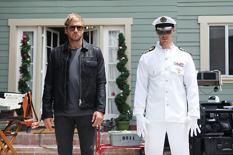 Play It Again, Dick: Ryan Hansen insieme a Jason Dohring in una scena del primo episodio