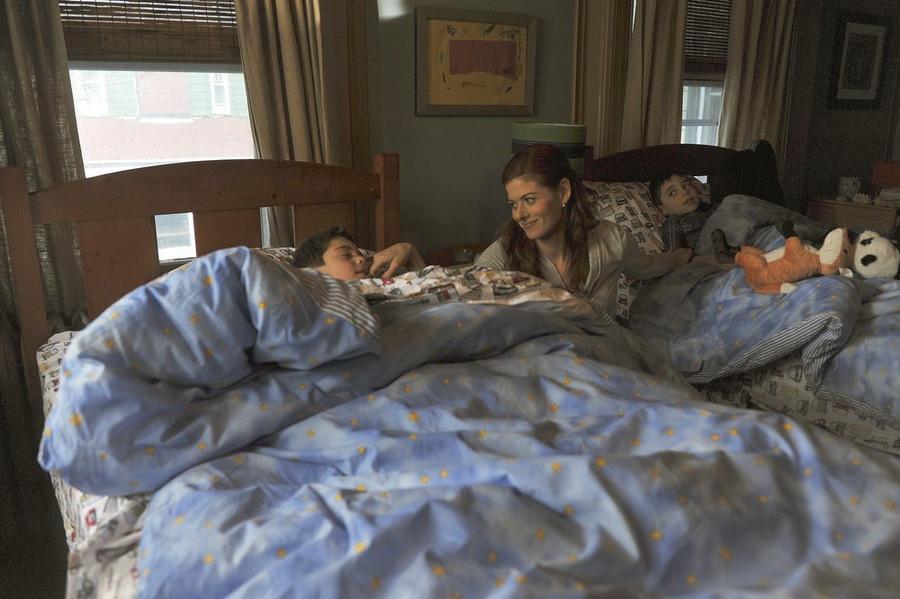 The Mysteries of Laura: una scena del pilot con Debra Messing, Charles e Vincent Reina