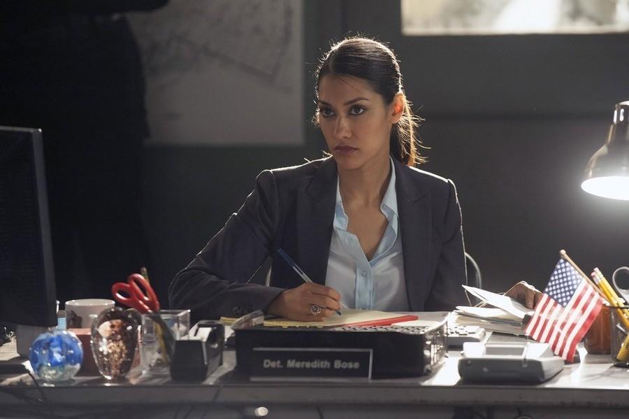 The Mysteries of Laura: Janina Gavankar in una scena del pilot