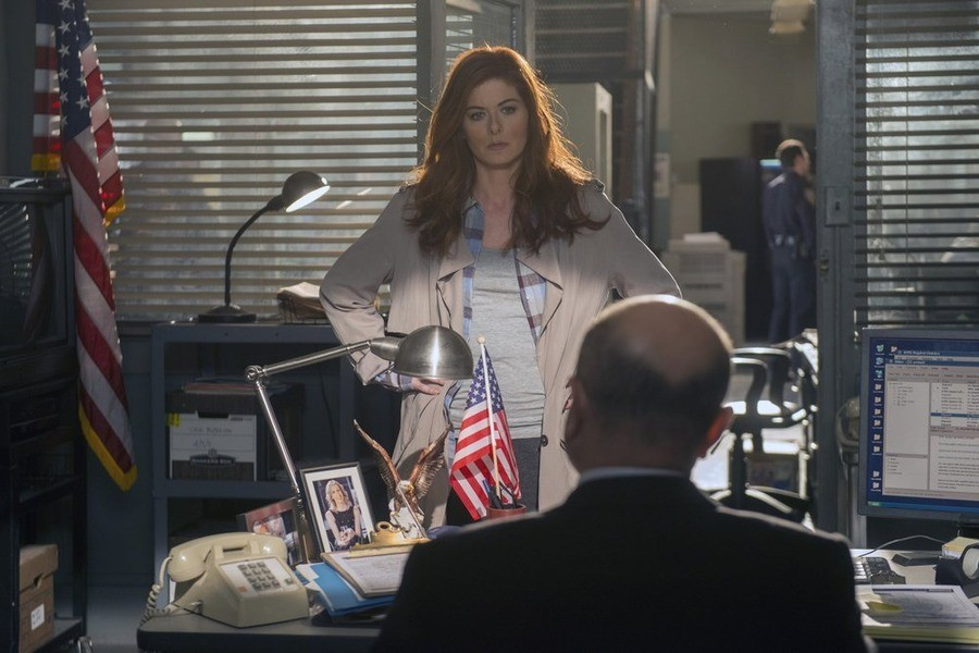 The Mysteries of Laura: Debra Messing in un momento del pilot