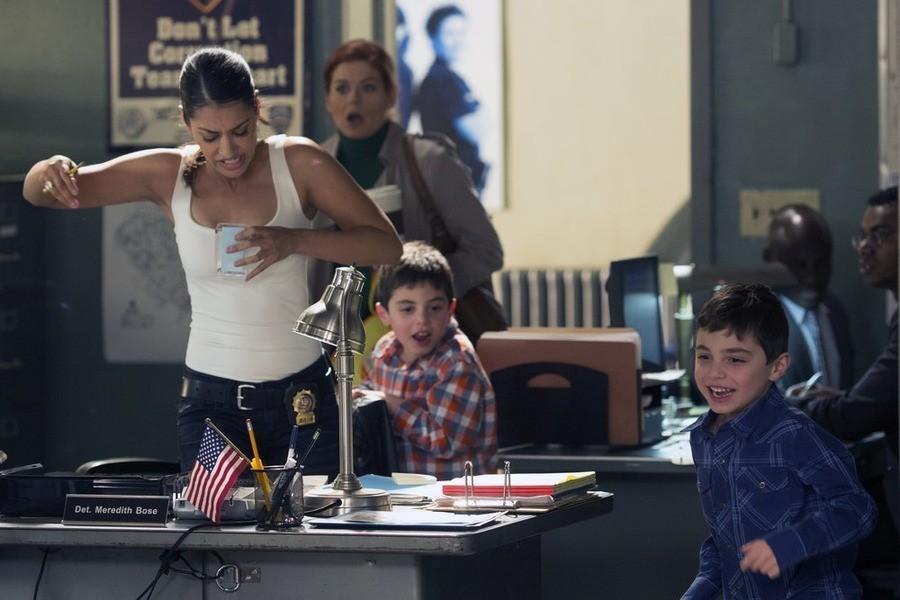 The Mysteries of Laura: Janina Gavankar con Vincent e Charles Reina in una scena del pilot