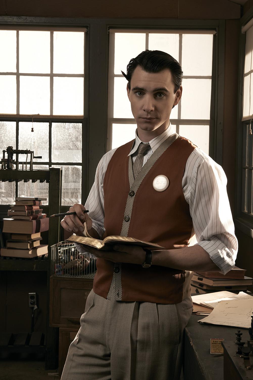 Manhattan: Harry Lloyd in una scena dell'episodio Spooky Action at a Distance