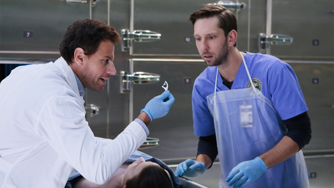 Forever: Ioan Gruffudd e Joel David Moore nell'episodio Look Beofre You Leap