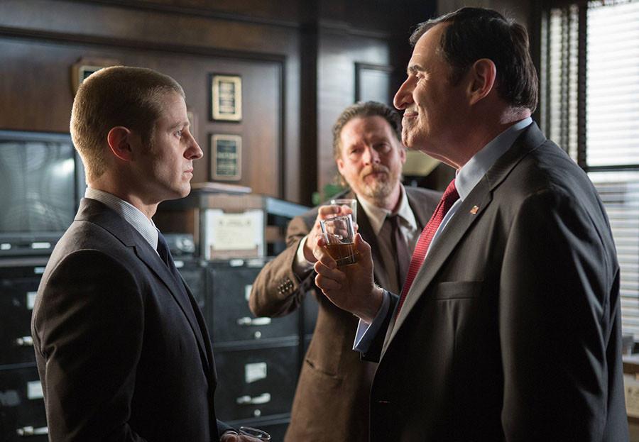 Gotham: Richard Kind e Ben McKenzie nell'episodio Selina Kyle