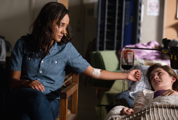 Under the Dome: Karla Crome e Grace Victoria Cox nell'episodio Turn