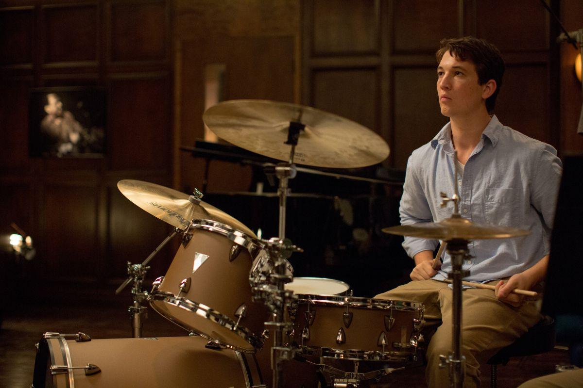 Whiplash: Miles Teller con la sua batteria in una scena del film