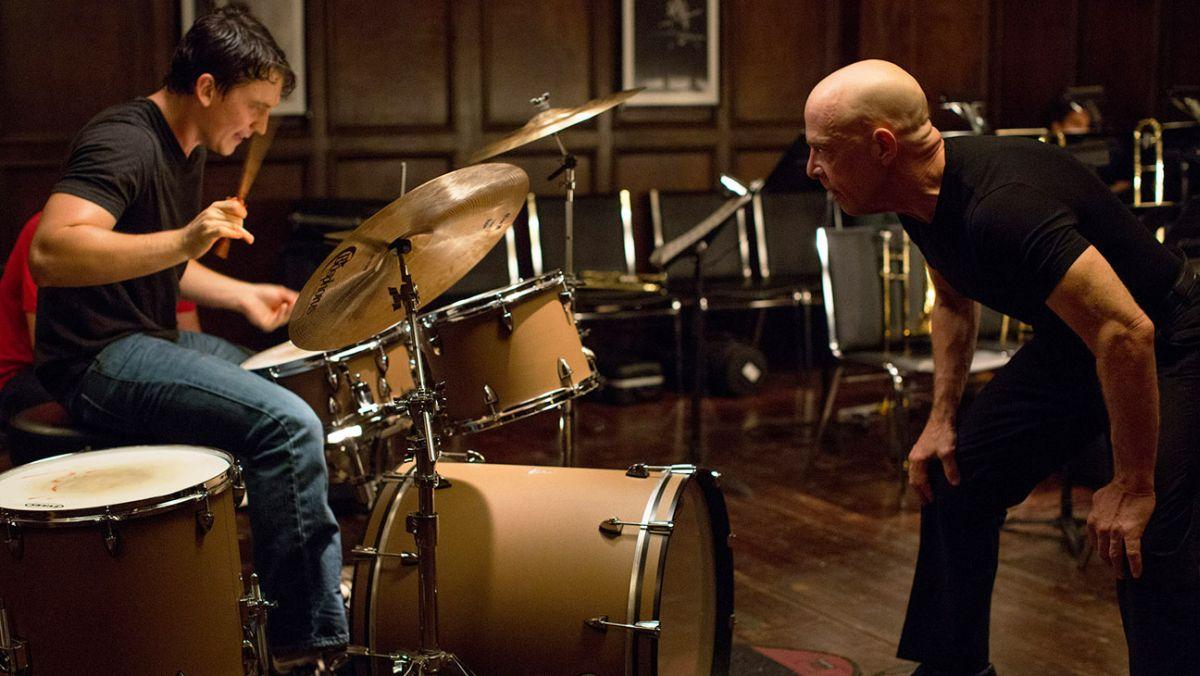 Whiplash: Miles Teller con J.K. Simmons in una scena del film
