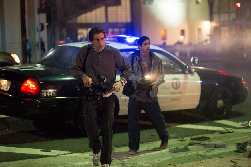 Lo Sciacallo - Nightcrawler: Jake Gyllenhaal in una scena insieme a Riz Ahmed