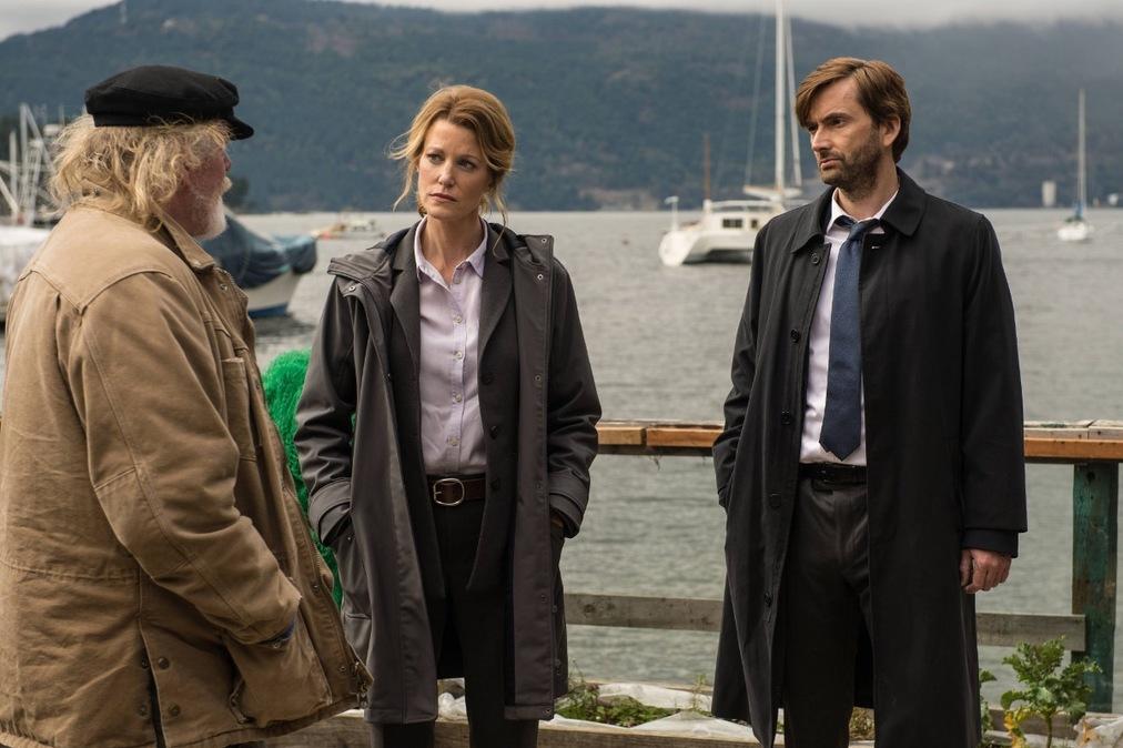Gracepoint: Nick Nolte, Anna Gunn insieme a David Tennant durante una scena del primo episodio
