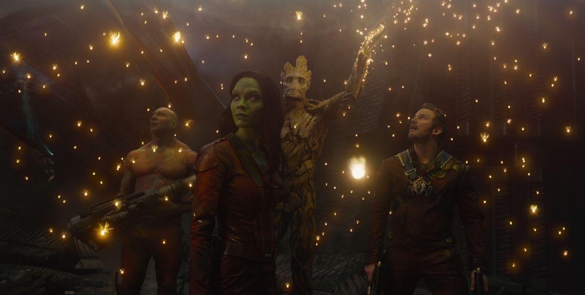 Chris Pratt, Zoe Saldana, Groot e Dave Bautista in una suggestiva scena di Guardiani della Galassia