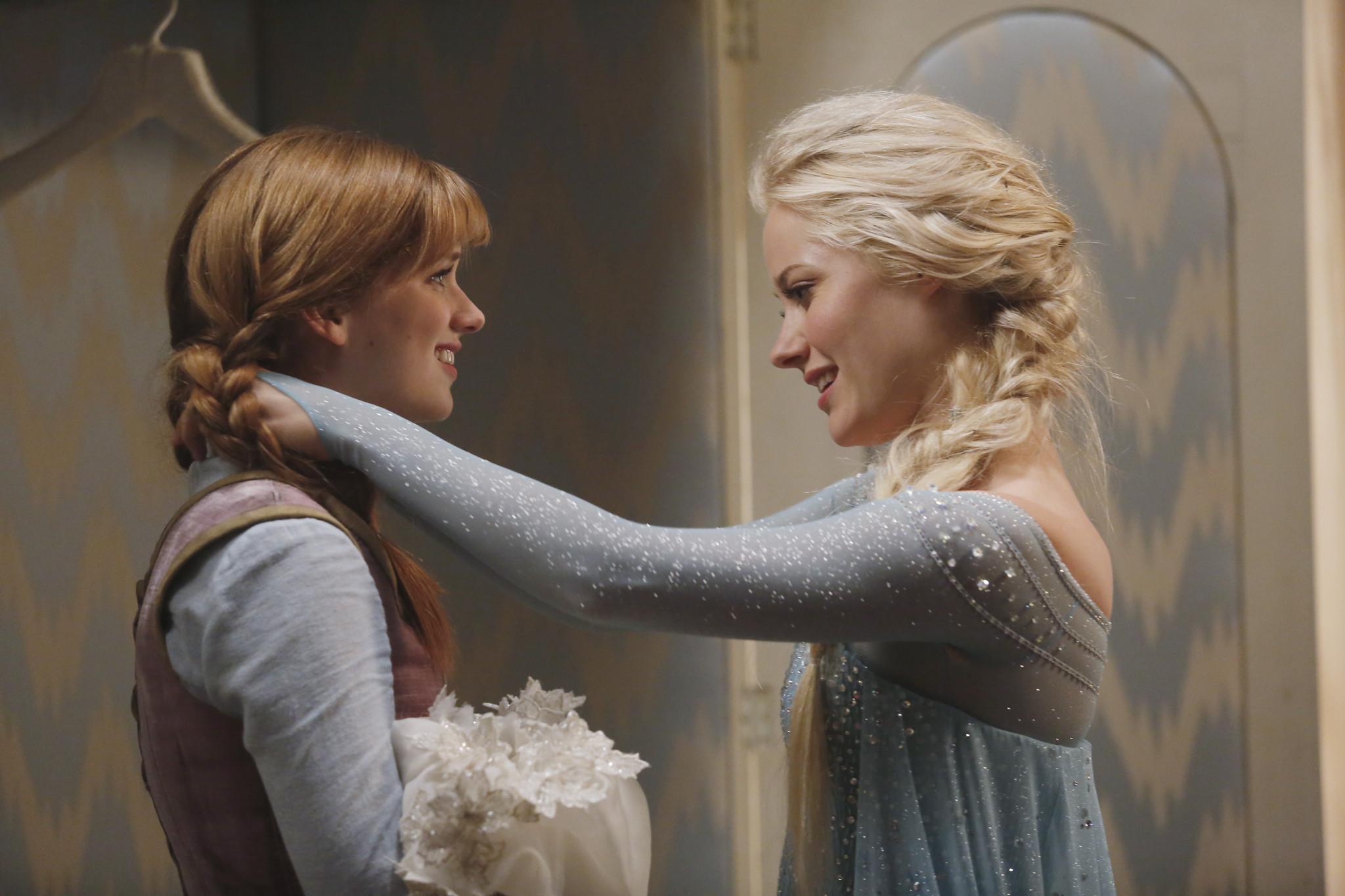 C'era una volta: Elizabeth Lail con Georgina Haig in una scena dell'episodio A Tale of Two Sisters