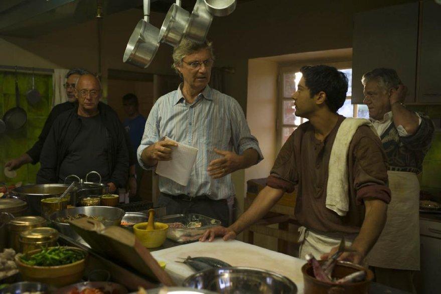 Amore, Cucina e Curry: Manish Dayal sul set con Lasse Hallström e Om Puri