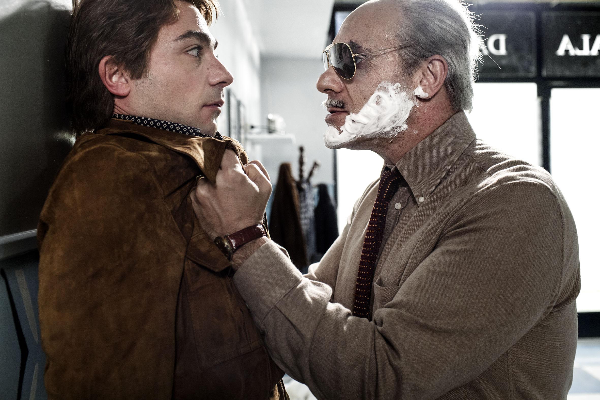 La trattativa: Sabino Civilleri con le spalle al muro insieme a Franz Cantalupo in una scena