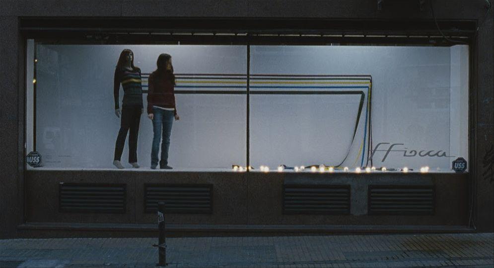 Medianeras - Innamorarsi a Buenos Aires: Pilar López de Ayala sistema una vetrina in una scena del film