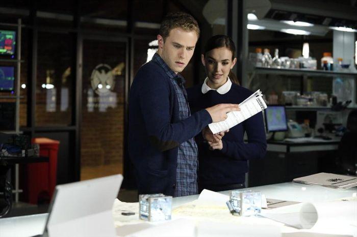 Agents of S.H.I.E.L.D.: Elizabeth Henstridge e Iain De Caestecker nell'episodio Heavy Is the Head