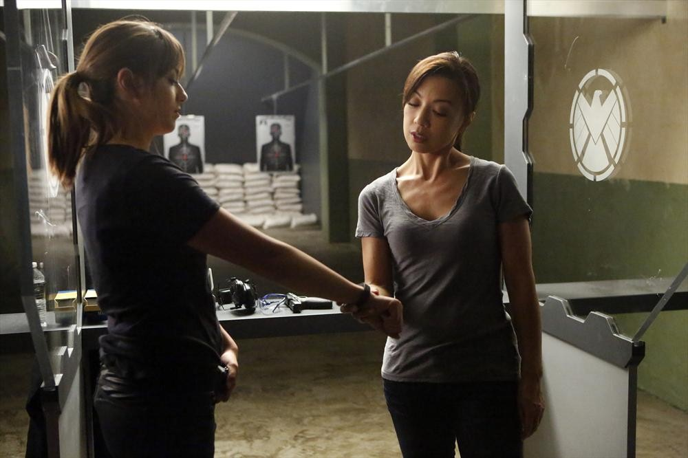 Agents of S.H.I.E.L.D.: Ming-Na Wen e Chloe Bennet nell'episodio Making Friends and Influencing People