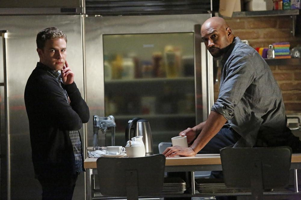 Agents of S.H.I.E.L.D.: Henry Simmons e Iain De Caestecker nell'episodio Making Friends and Influencing People