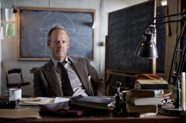 Manhattan: John Benjamin Hickey in una scena dell'episodio The Understudy