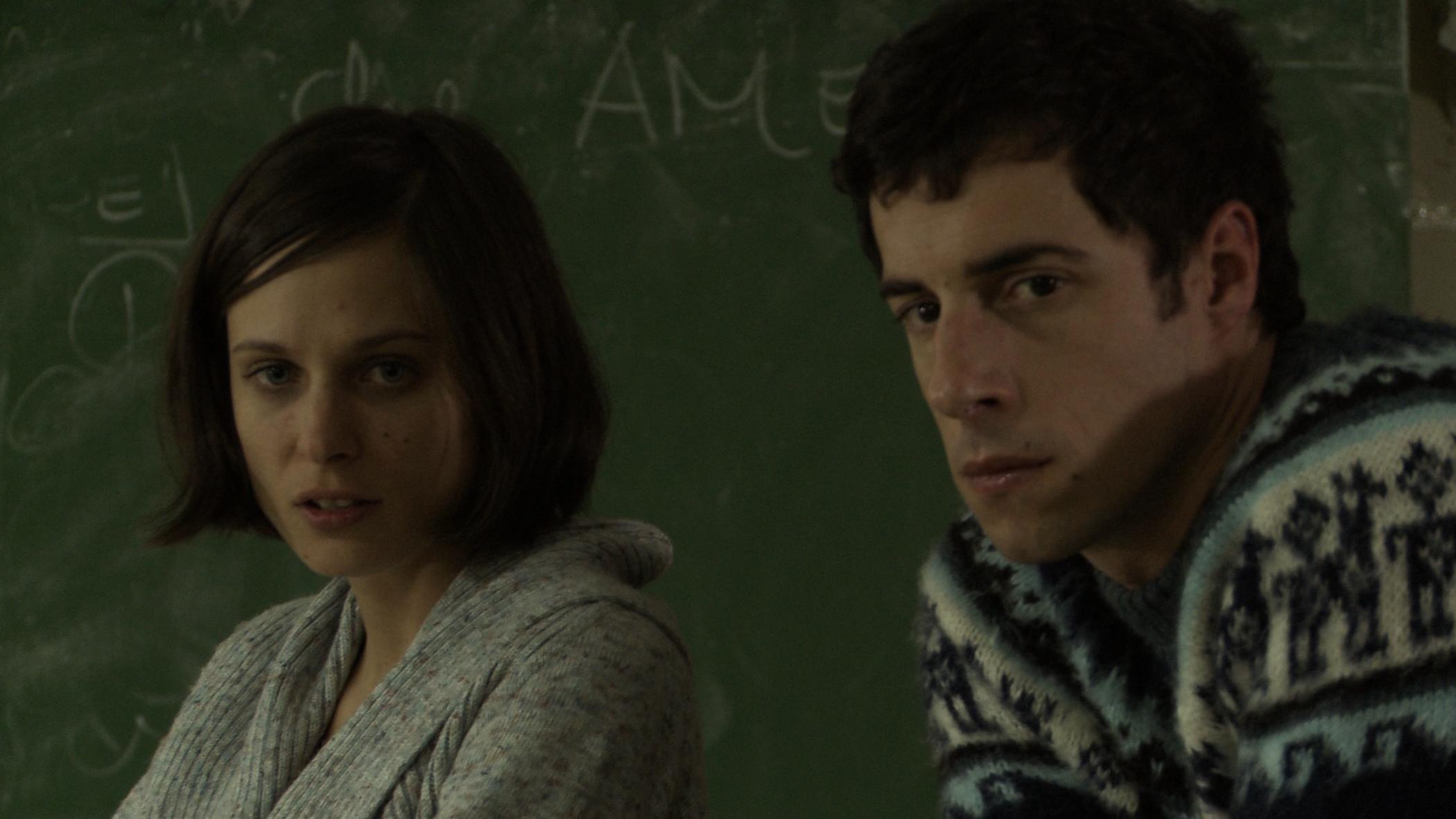 Lo studente: Esteban Lamothe con Romina Paula in una scena
