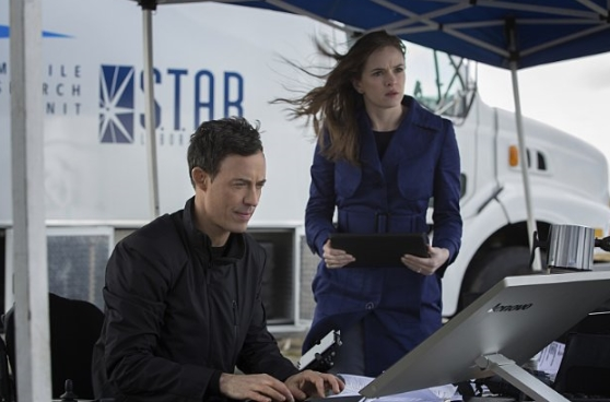 The Flash: Danielle Panabaker e Tom Cavanagh in City of Heroes