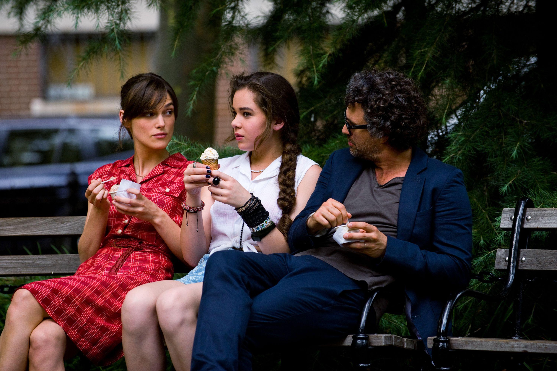 Tutto può cambiare: Keira Knightley con Mark Ruffalo e Hailee Steinfeld in un momento del film