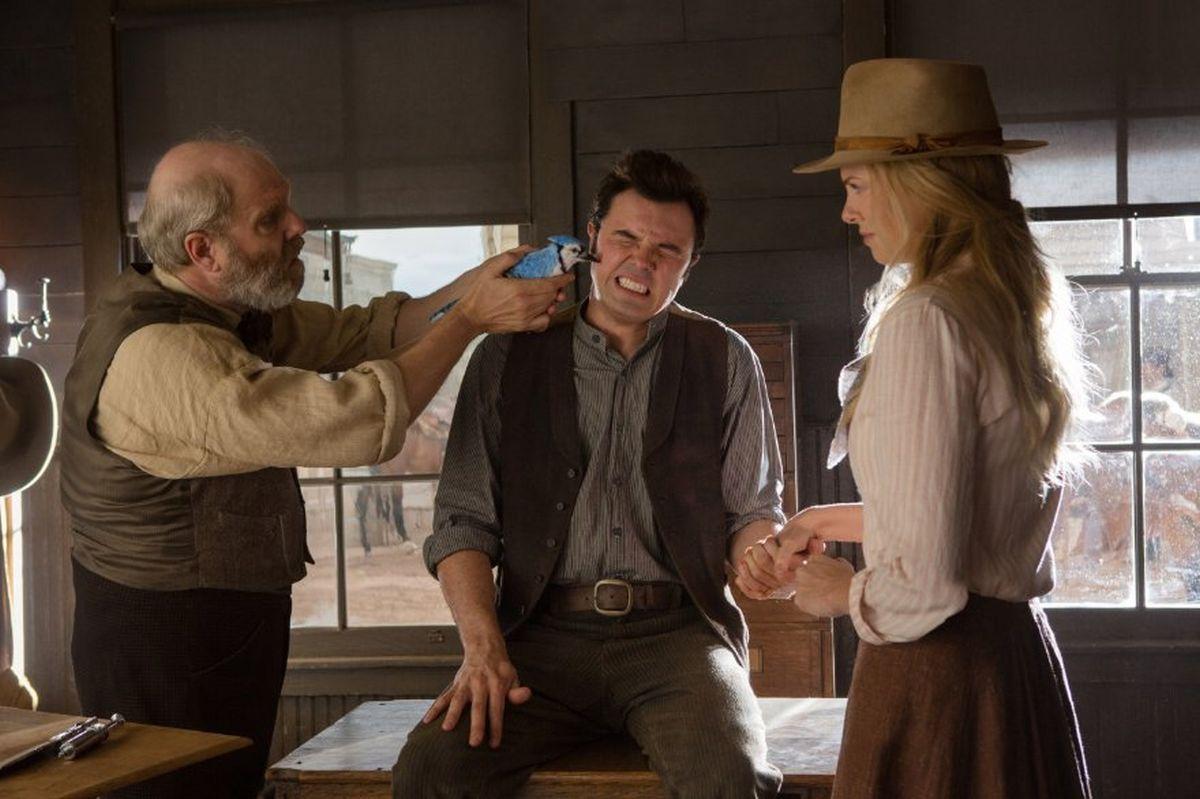 Un milione di modi per morire nel West: Seth MacFarlane con Charlize Theron in una scena del film