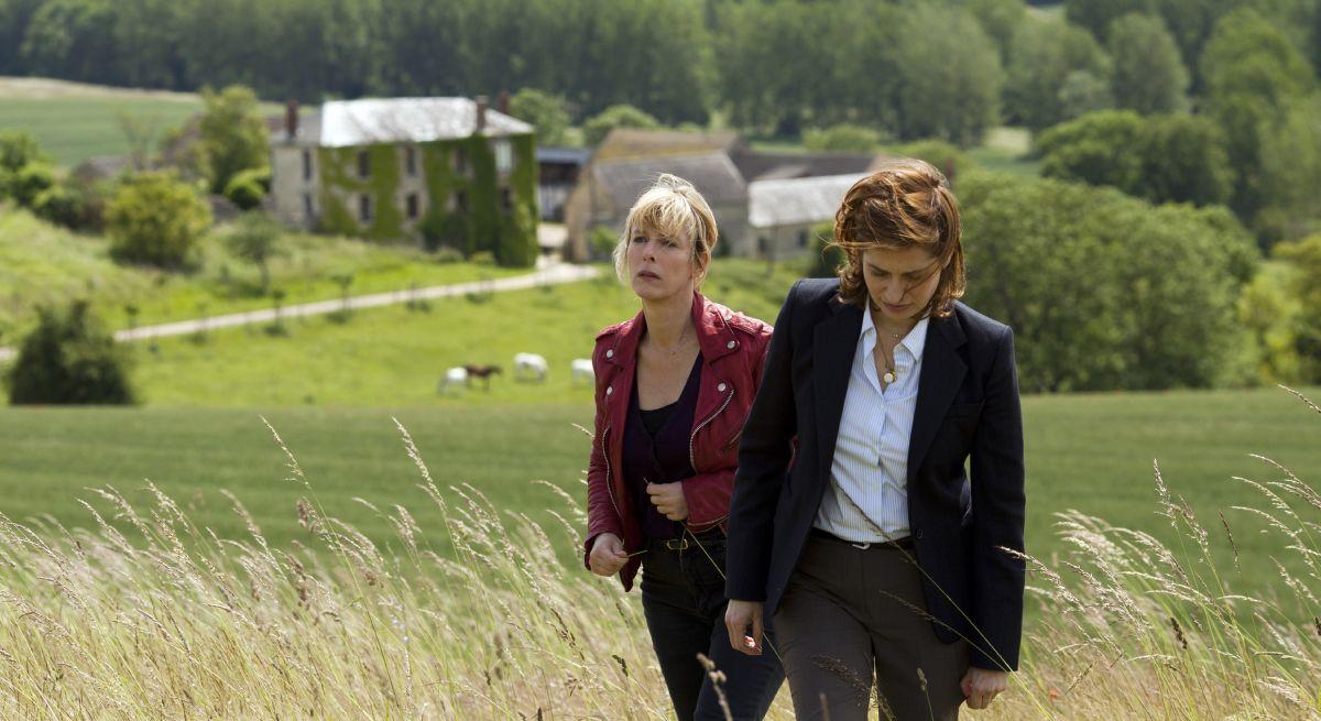 La moglie del cuoco: Emmanuelle Devos passeggia nei prati con Karin Viard in una scena del film