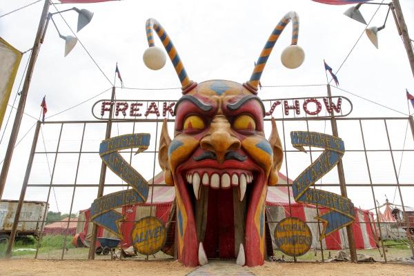 American Horror Story Freak Show: una scena della première Monsters Among Us