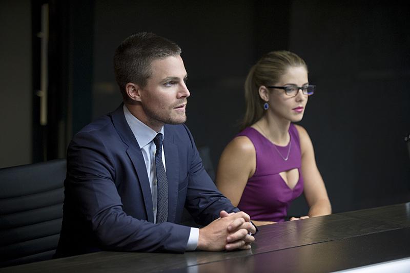 Arrow: Stephen Amell e Emily Bett Rickards in The Calm