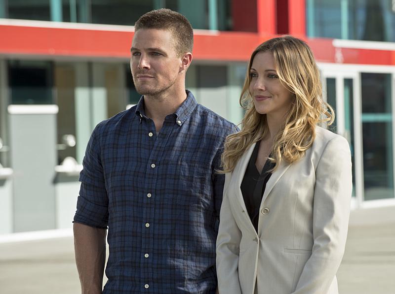 Arrow: Stephen Amell e Katie Cassidy in una scena di The Calm